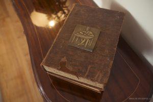 Livro com placa de Fernando Pessoa em cima