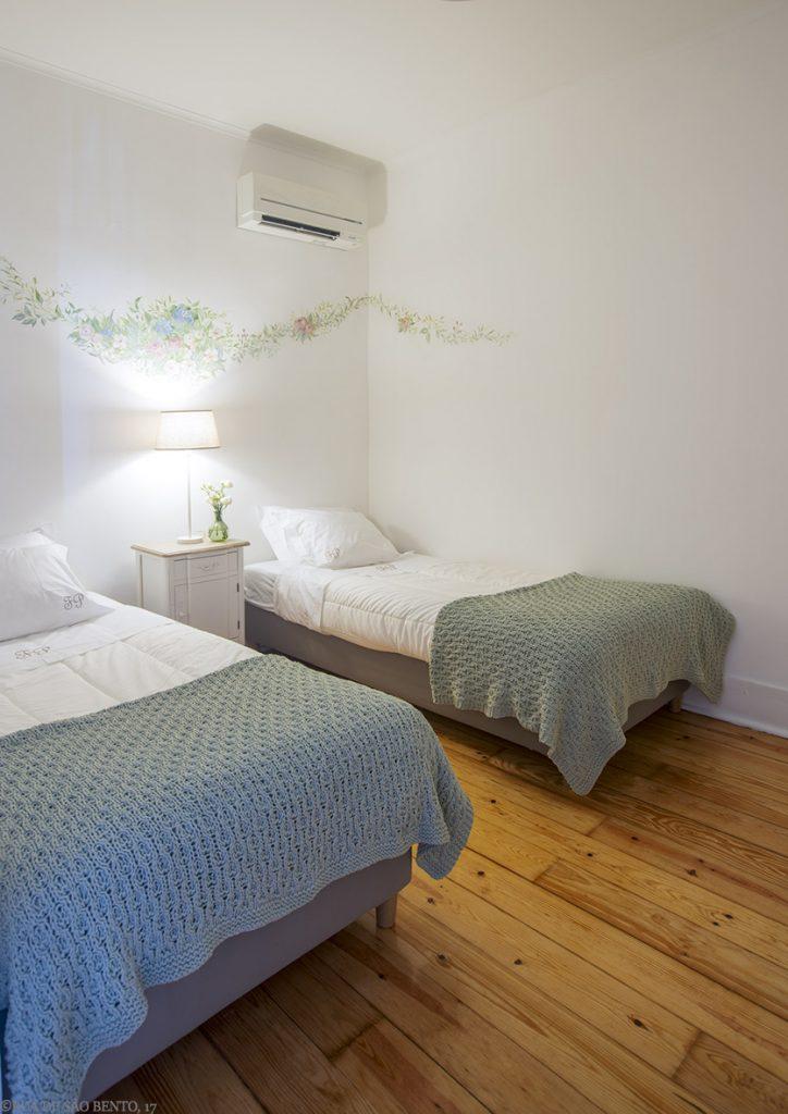 Duas camas de solteiro, pintura na parede e ar condicionado
