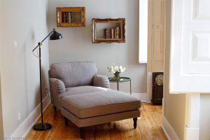 Chaise lounge com livros atrás