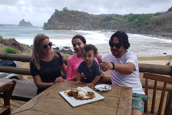 Fernando de Noronha com crianças e bebês